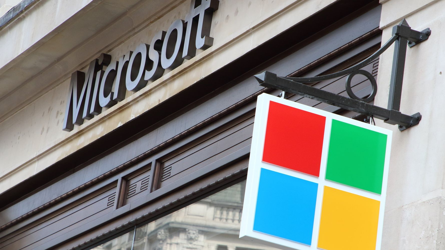 Pentagon Gives Microsoft $10 Billion 'War Cloud' Deal, Snubbing Amazon